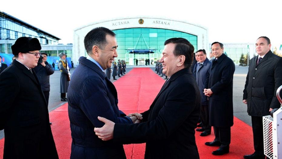 Президента Узбекстана в аэропоту Астаны встретил премьер-министр РК