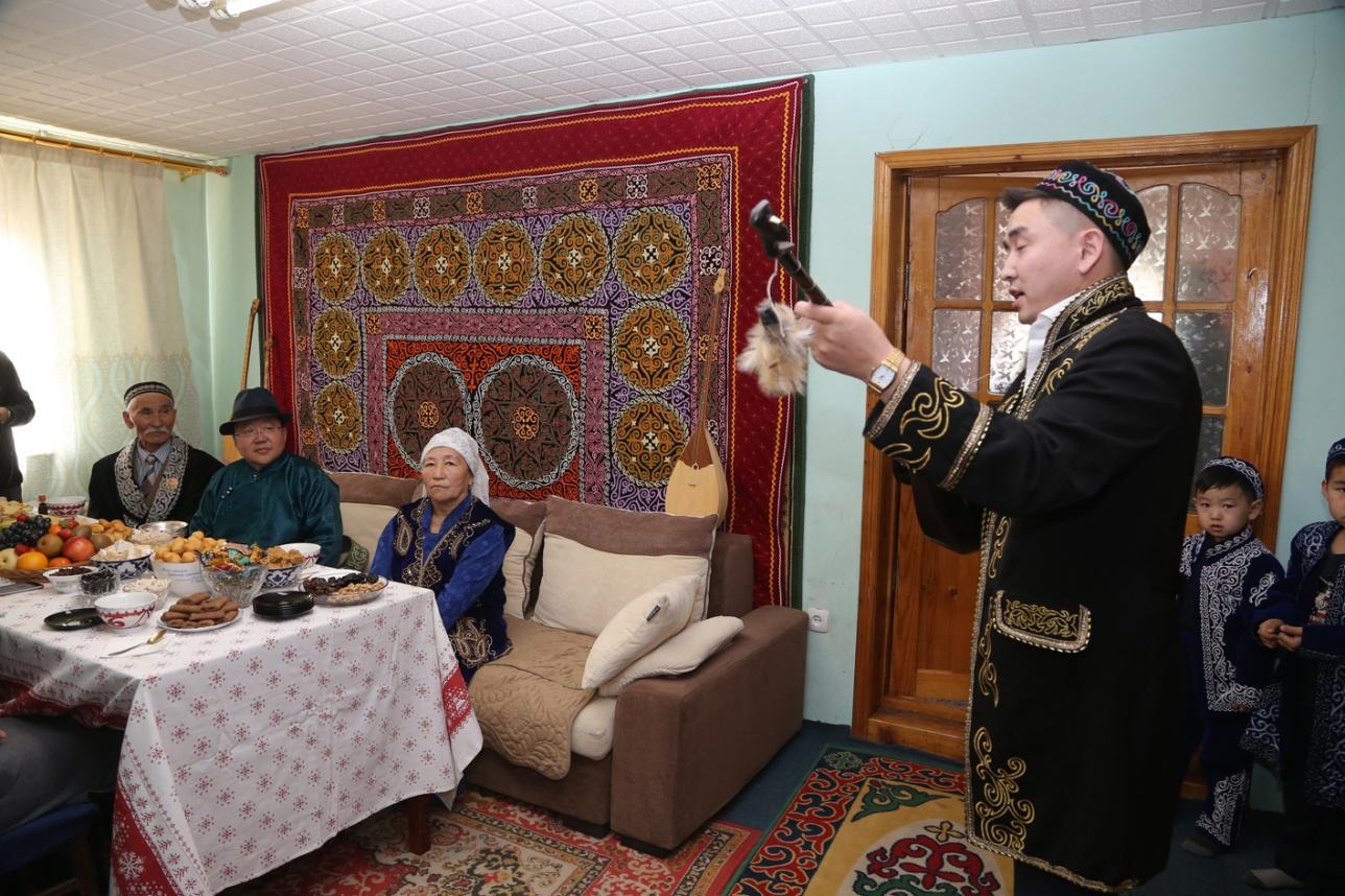 В честь праздника Наурыз монгольские казахи пели кюи на домбыре
