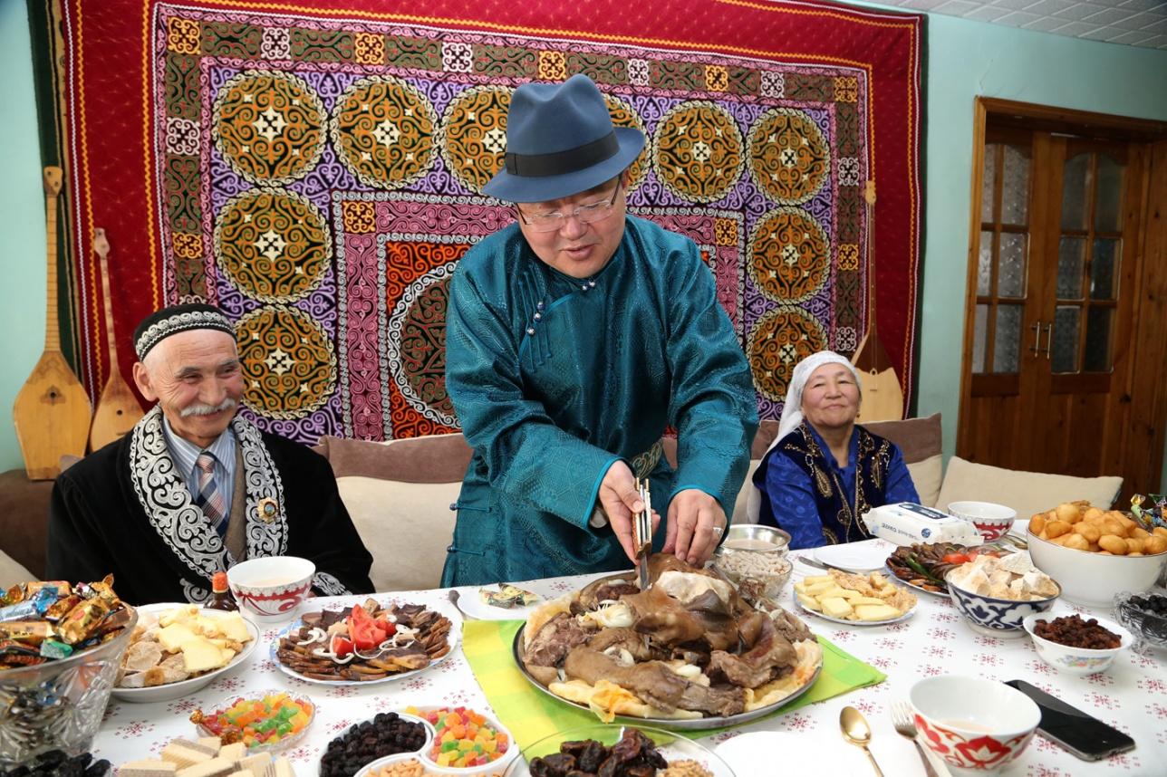 Голову барана разрезал сам президент Монголии