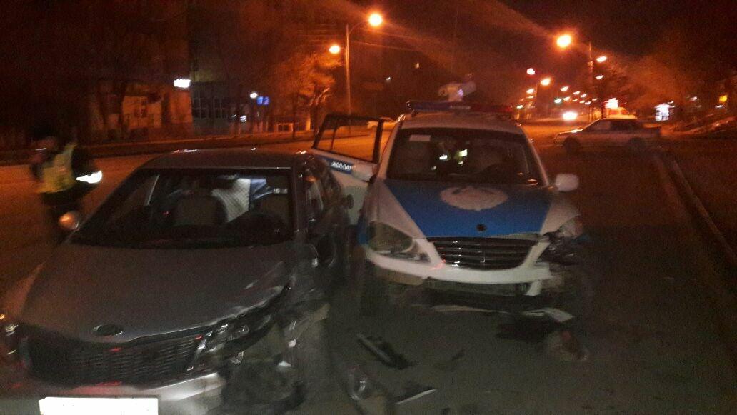 Автопатруль врезался в припаркованный авто