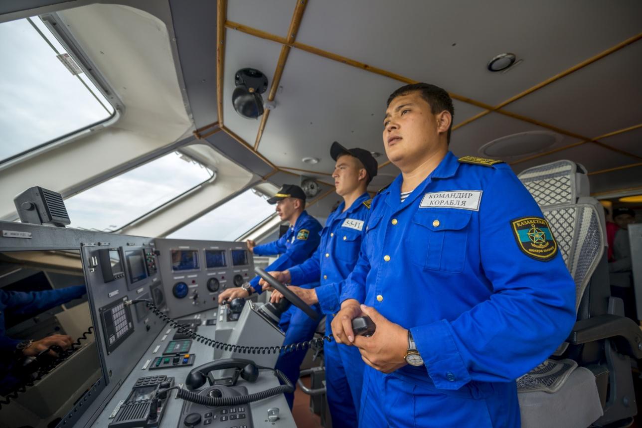"""В рубке """"Караганды"""". Командир судна старший лейтенант Жанибек Телев"""