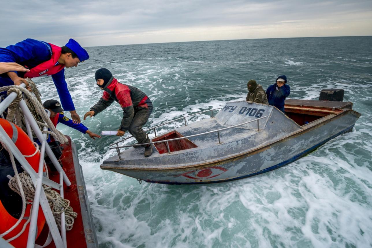 Проверка документов у казахстанских рыбаков