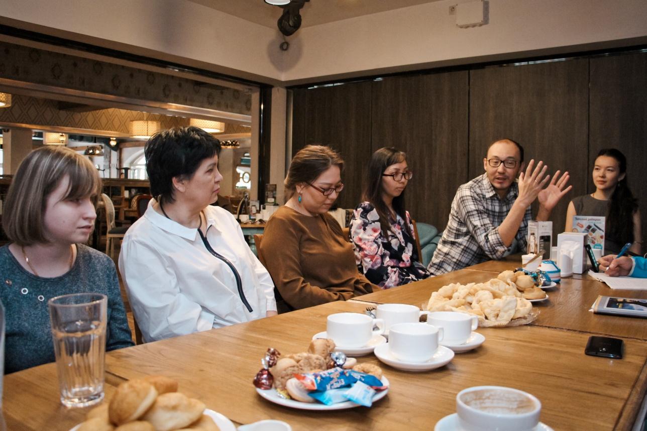 Члены клуба общаются и параллельно изучают казахский язык