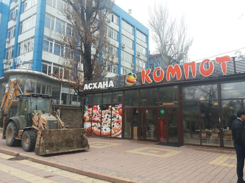 Для сноса столовой власти Алматы привлекли спецтехнику
