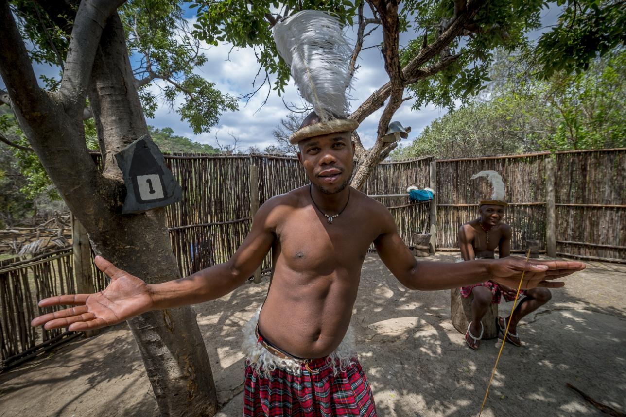 Во дворе традиционного африканского жилища