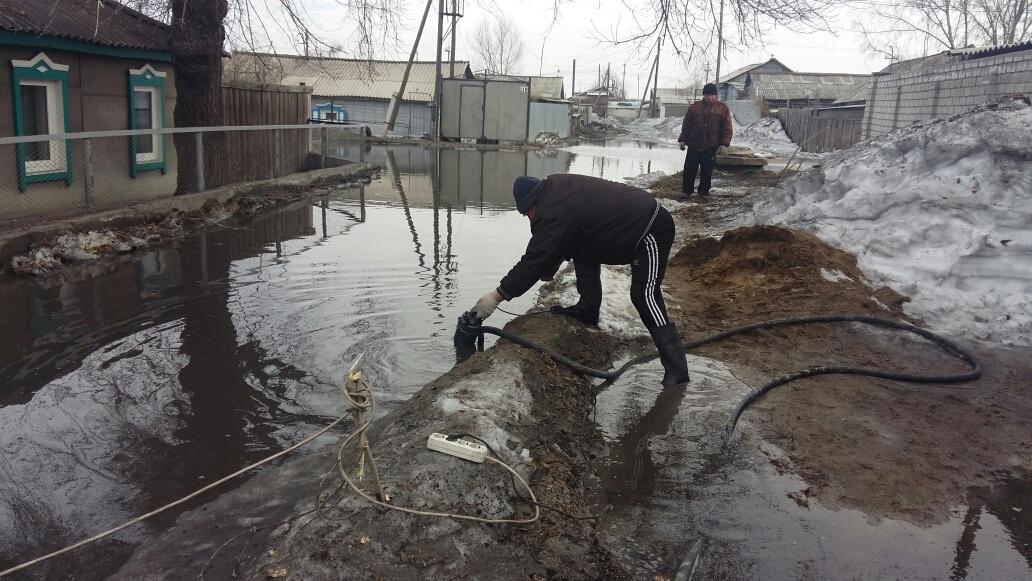Люди своими силами откачивают воду