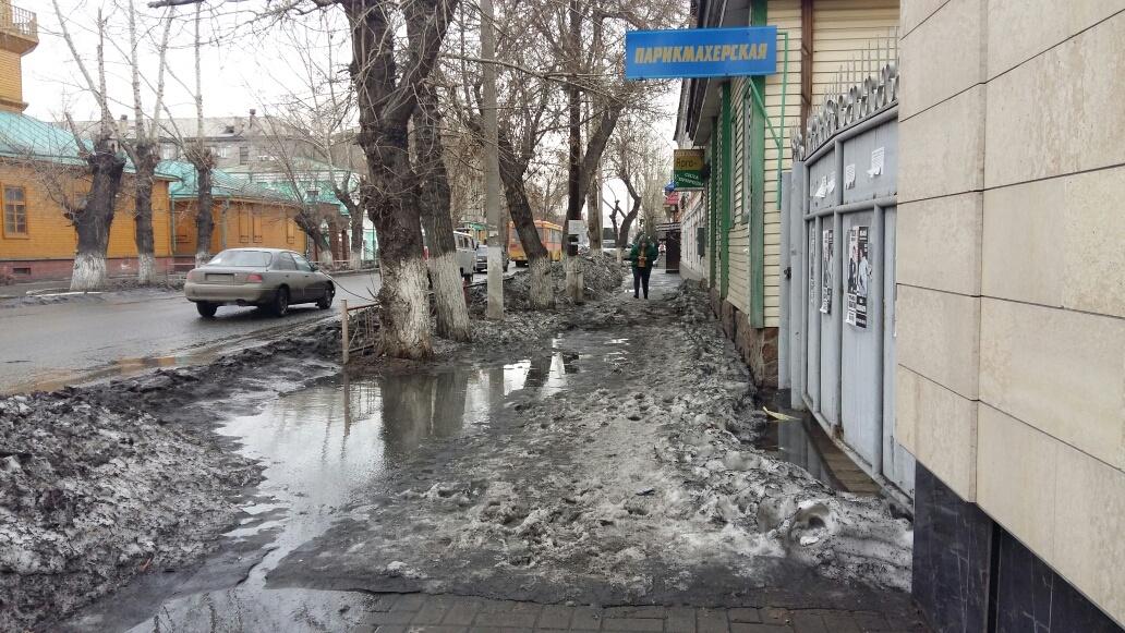 Снег тает и вода топит тротуары