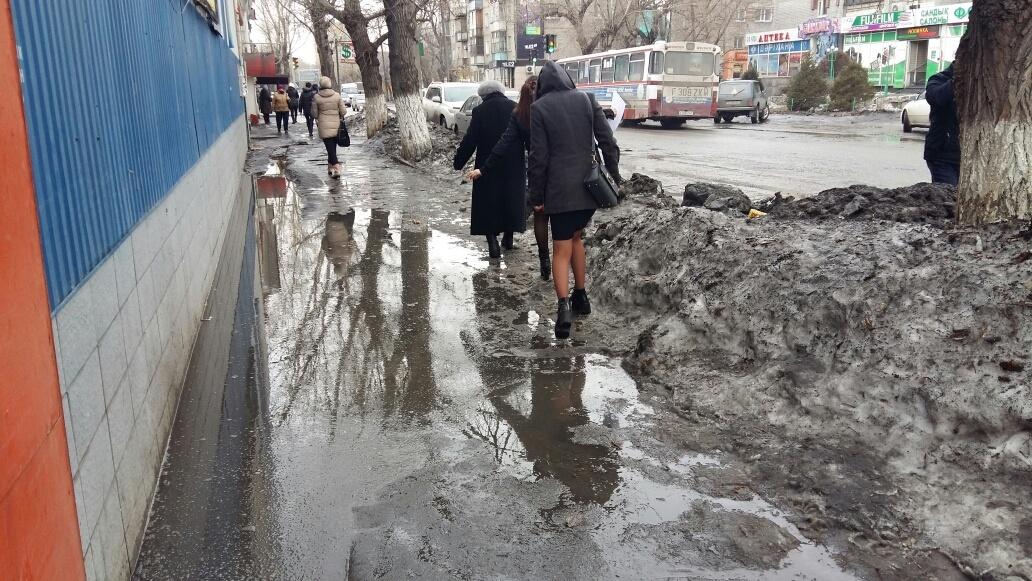 Семейчане вынуждены прыгать через лужи в центре города