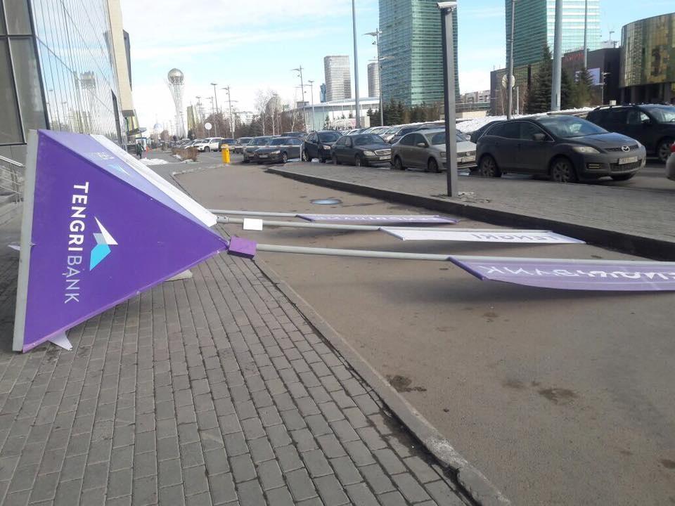 Ветер повалил рекламные щиты одного из банков Астаны