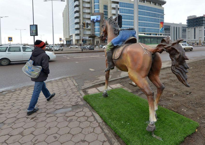 После приезда полицейский с постамента ветром сорвало и саму лошадь