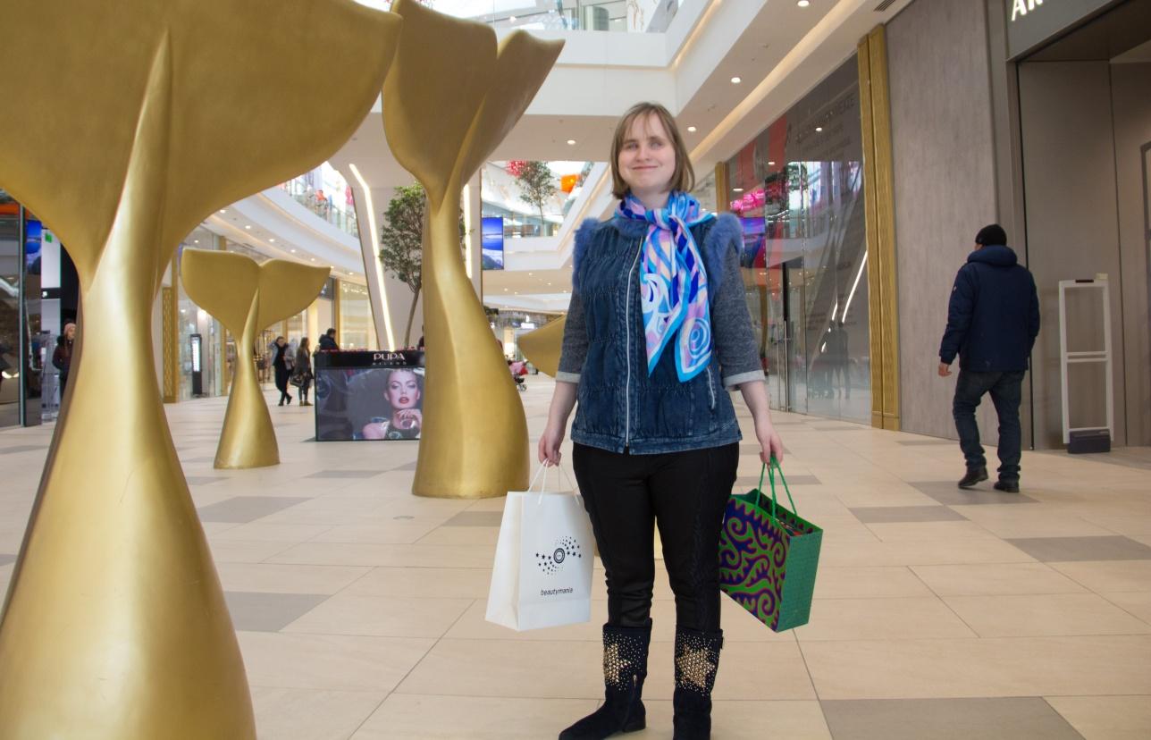 Вика ушла из торгового центра довольная и с полными руками подарков