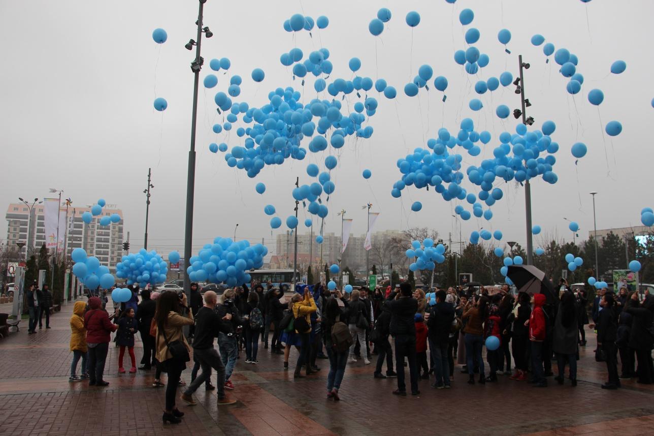 В небо запустили 800 голубых шаров
