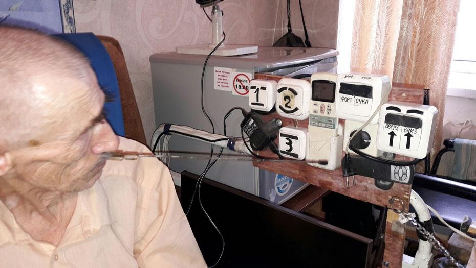 Несмотря на паралич мужчина самостоятельно питается и управляется с бытовыми приборами