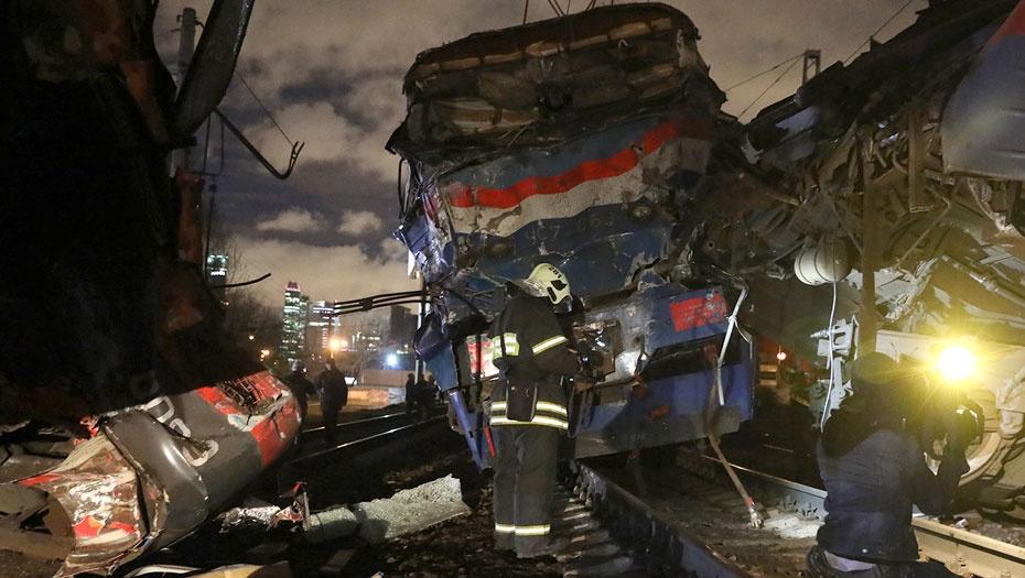 Последствия столкновения пассажирского поезда и электрички на западе Москвы