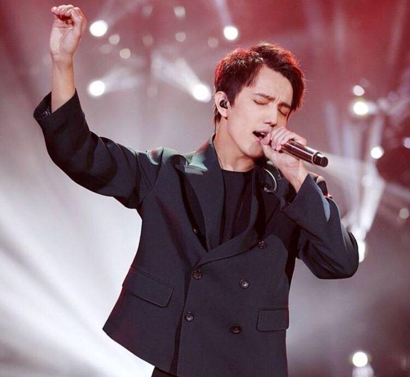 В выставленном на продажу костюме Димаш выступал на первом этапе Singer-2017