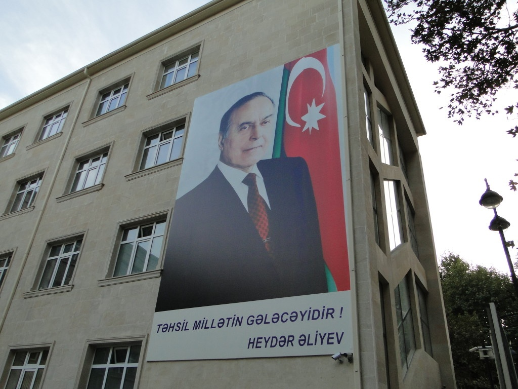 Плакат с изображением Гейдара Алиева