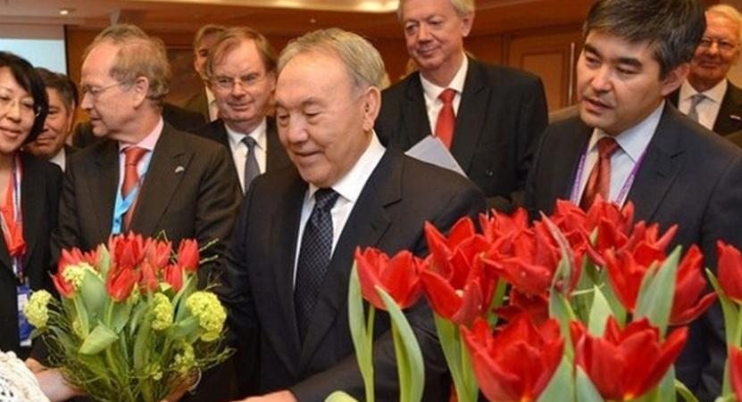 """Нурсултан Назарбаев и тюльпаны сорта """"Президент Назарбаев"""""""