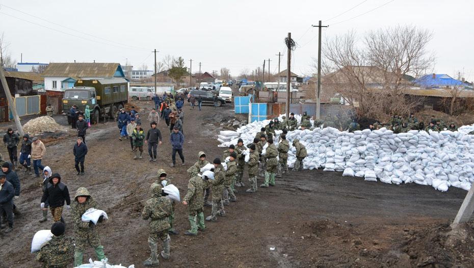 Спасатели делают насыпи из мешков с песком