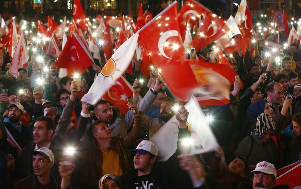 """25 млн турков сказали """"да"""" конституционным поправкам"""