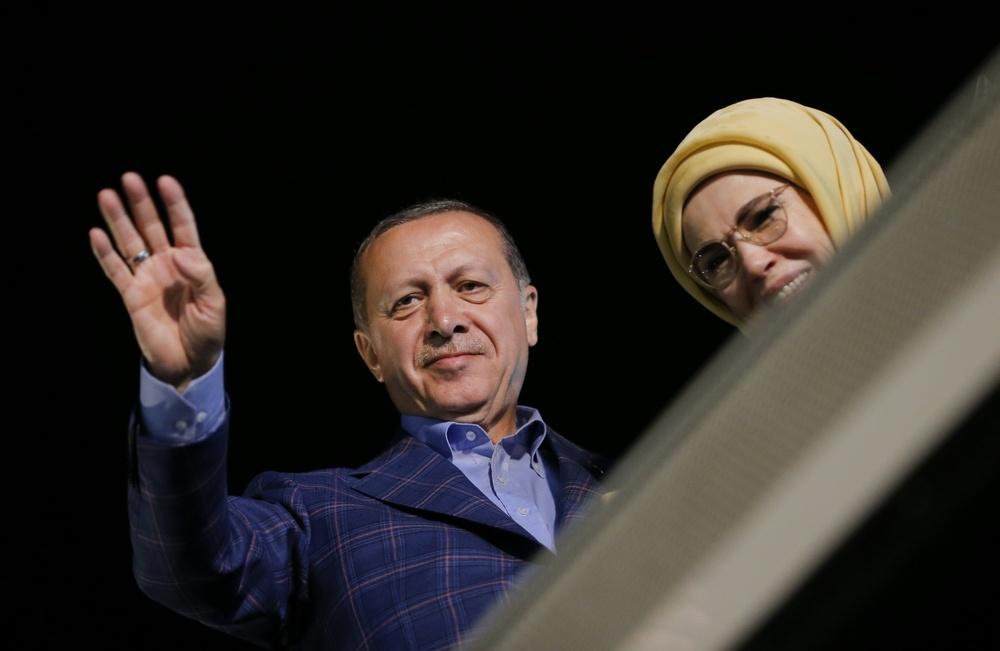 Эрдоган с супругой благодарят народ за поддержку
