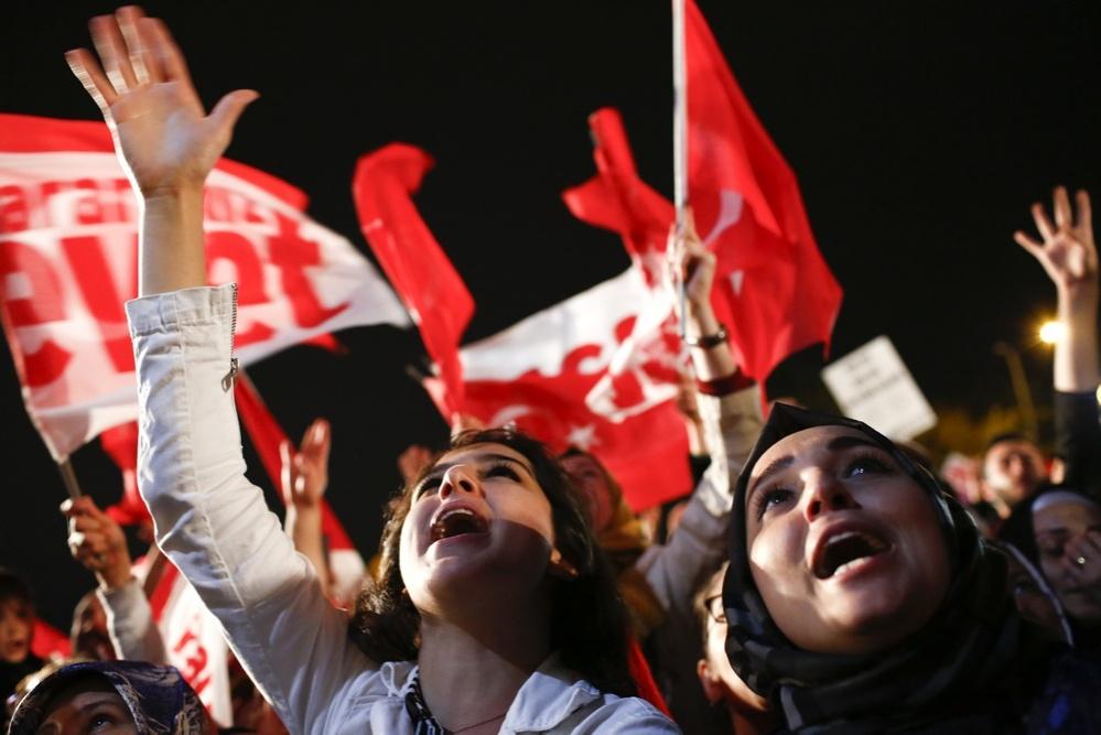 Граждане Турции вышли на улицы, чтобы поддержать итоги референдума