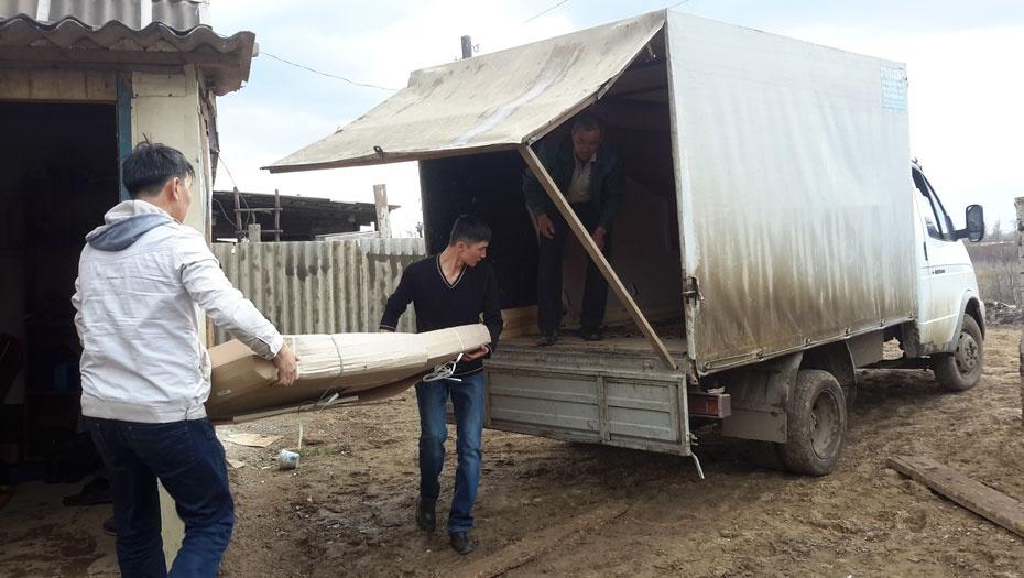 Часть людей погрузили свои вещи и уехали из посёлка к родственникам