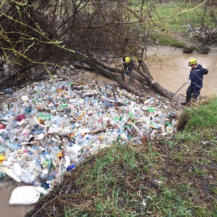Спасатели приступили к очистке реки Есентай после жалобы горожан