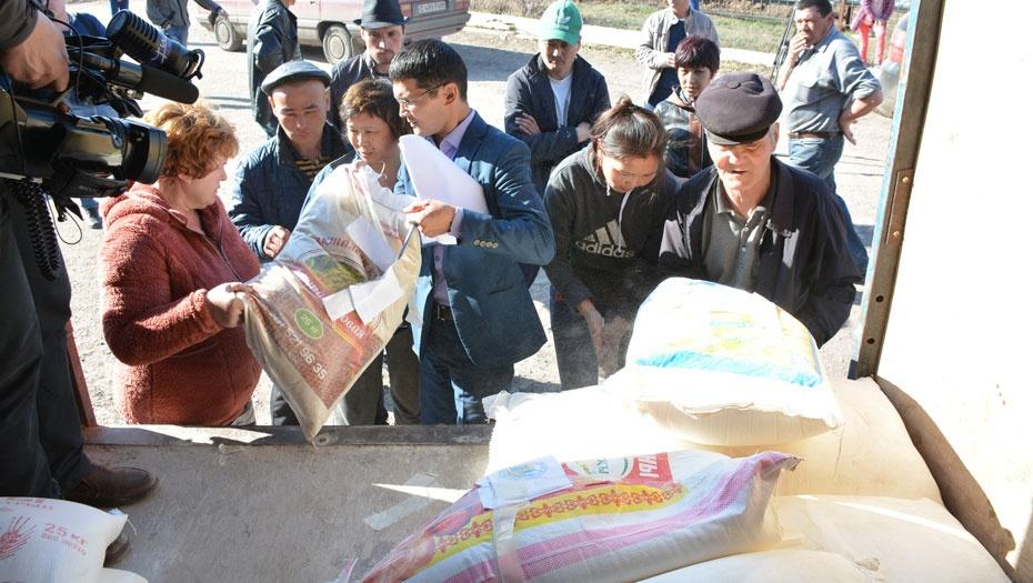 Жители Атбасара получили гуманитарную помощь от астанчан