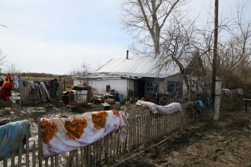 Жители затопленного посёлка пытаются сушить вещи во дворах