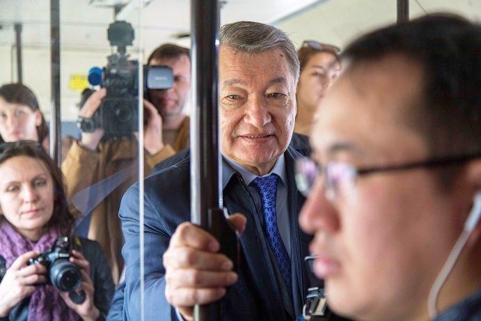Даниал Ахметов едет в автобусе