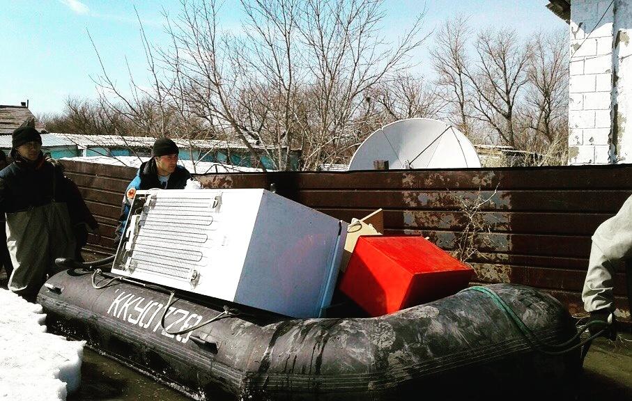 Жители затопленных сёл вывозят имущество