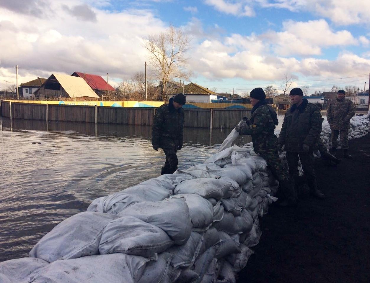 Спасатели пытаются остановить паводок