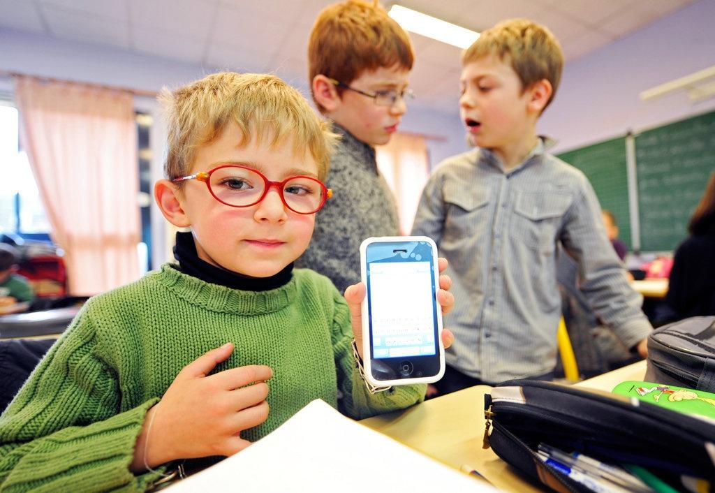 Почти у каждого второго школьника в Казахстане есть смартфон