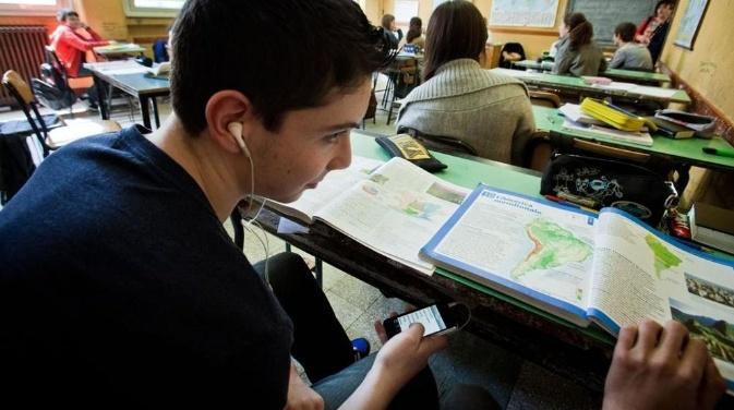 Многие против смартфонов в школе