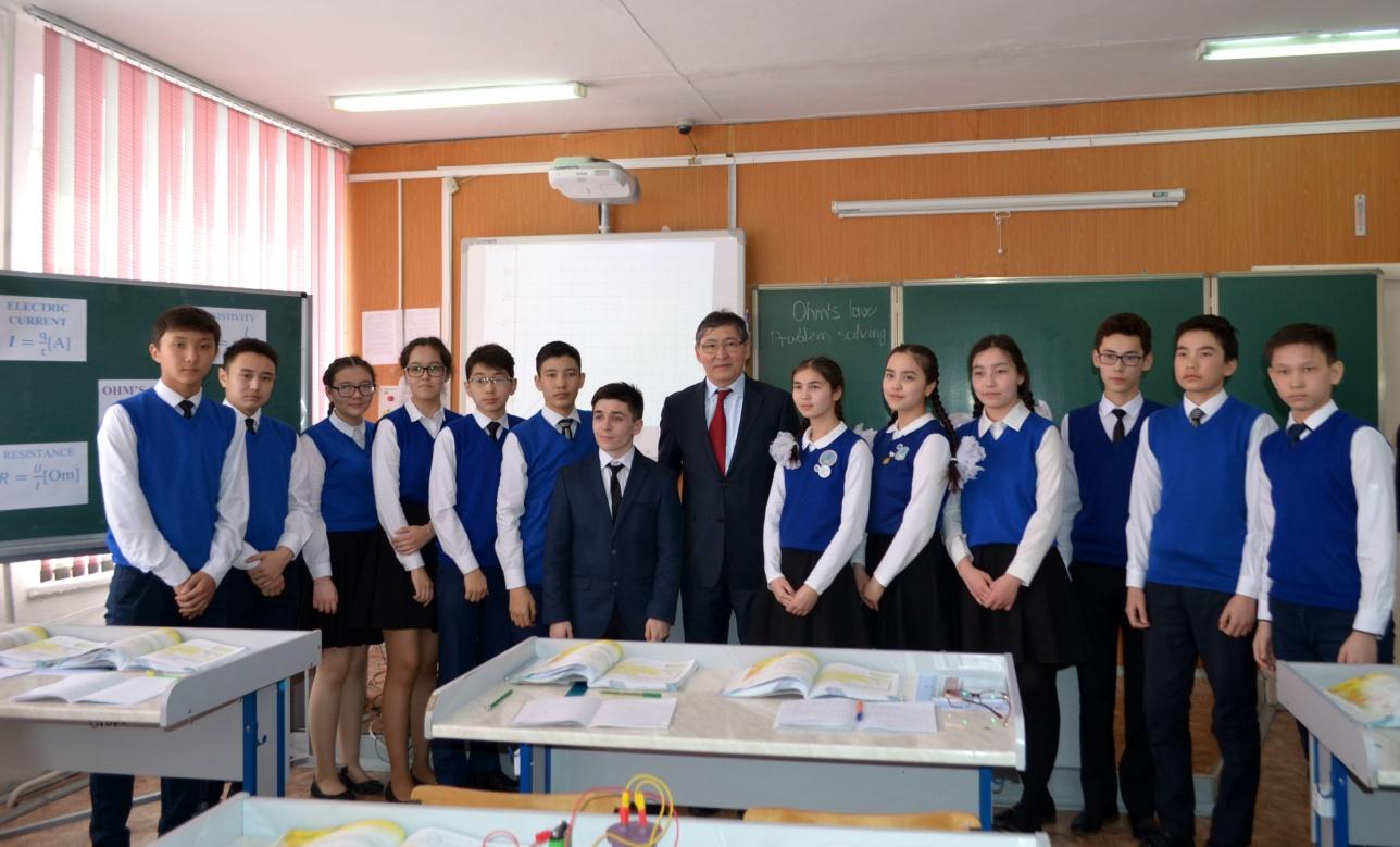 Министр Сагадиев и школьники Кокшетау