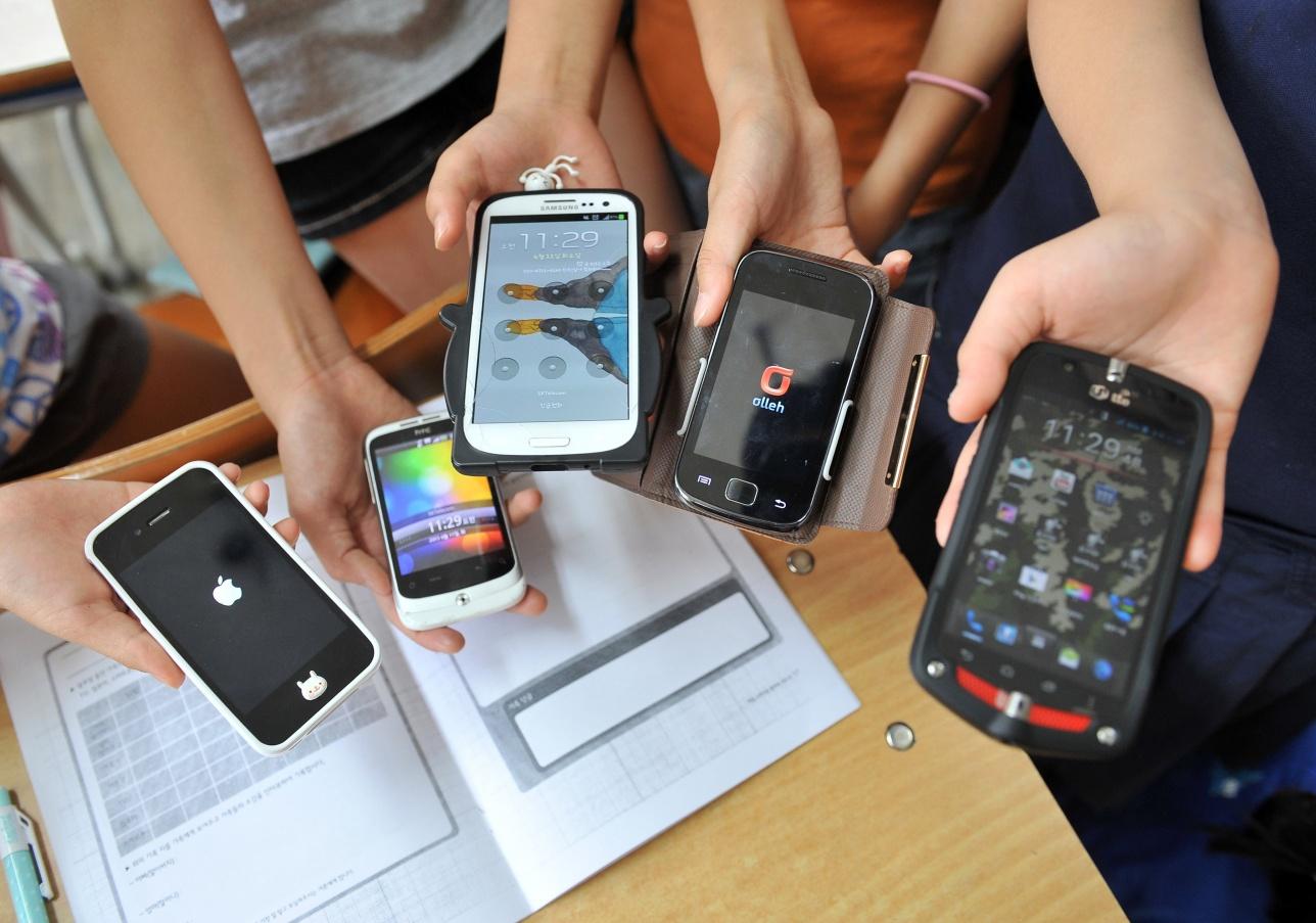 Судьбу запрета на смартфоны в школах должны решать и родители