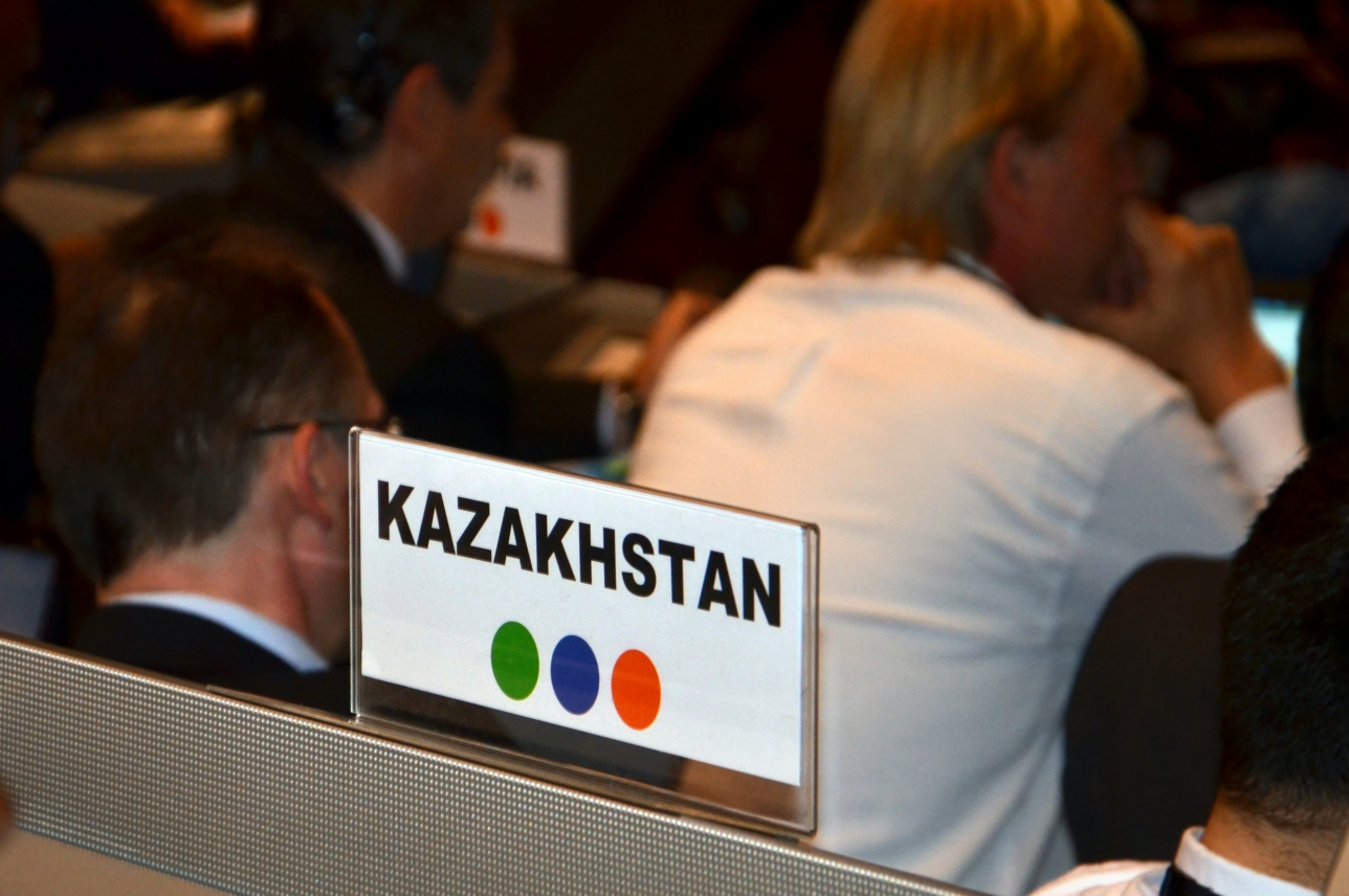 Три круга на табличке обозначают участие Казахстана во всех трёх конвенциях