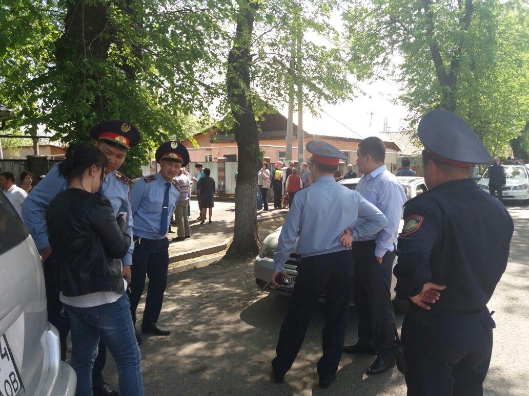 На месте сбора людей приехала полиция