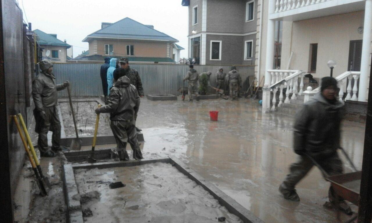 В Алматы расчищают дома и дворы, пострадавшие от потопа