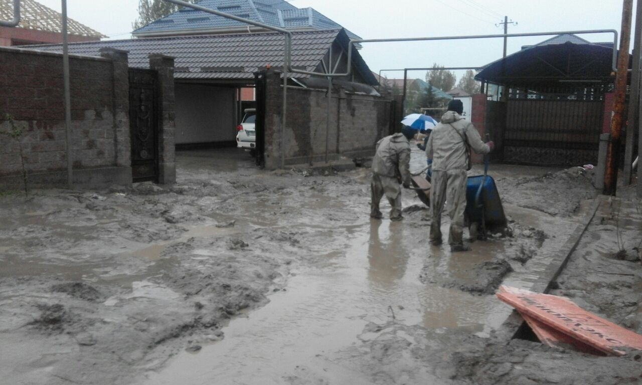 23 дома остаются затопленными в Алматы