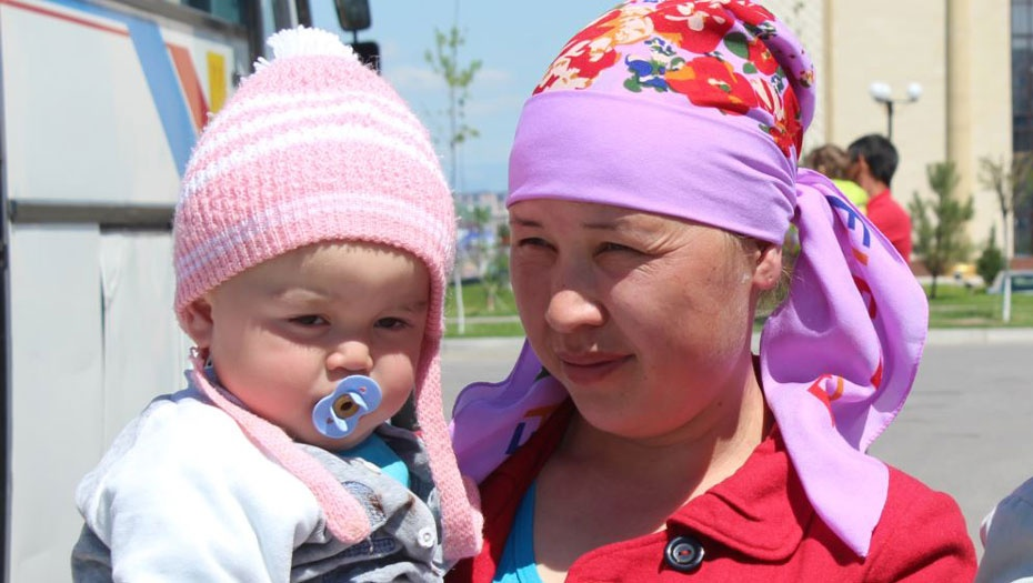 Участница государственной программы занятости Айшагул Кузетбаева с ребёнком