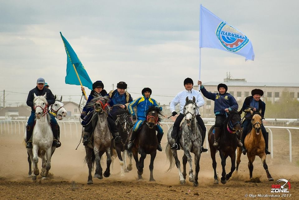 Открыли сезон скачек чиновники на конях