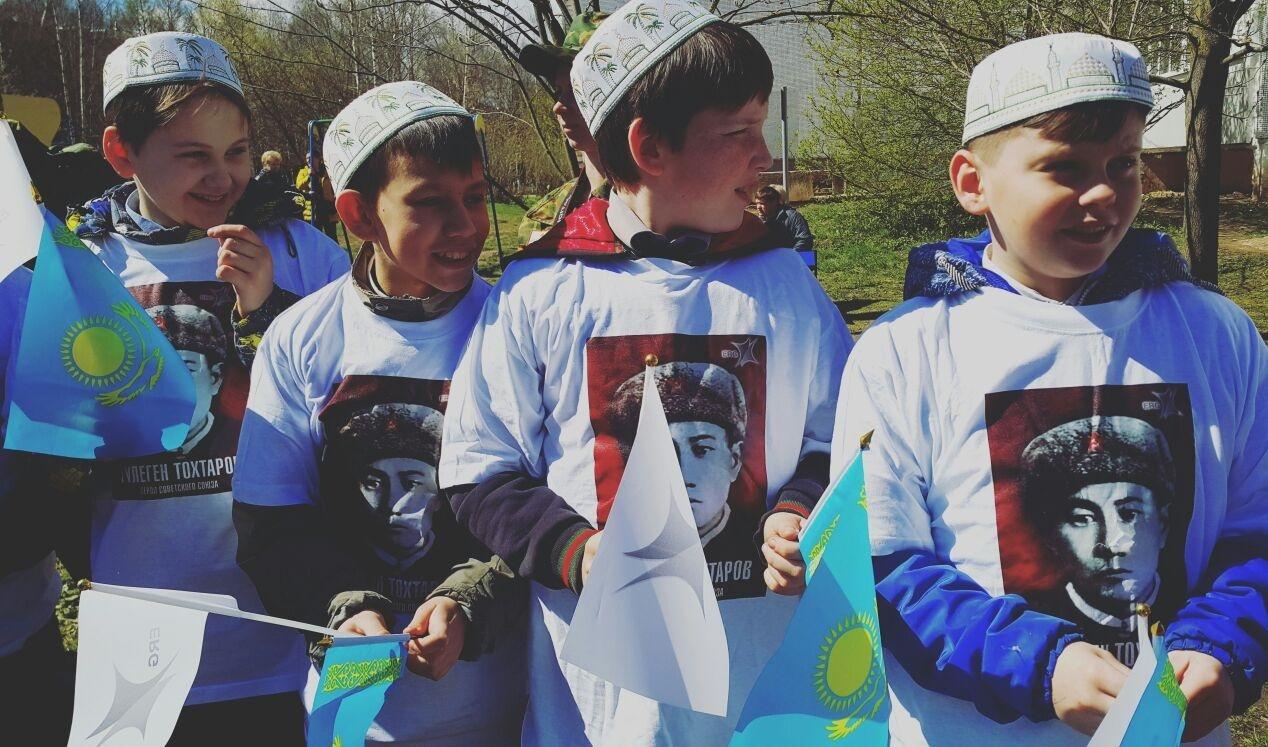 Для поднятия духа патриотизма молодёжь одели в футболки с изображением Тохтарова