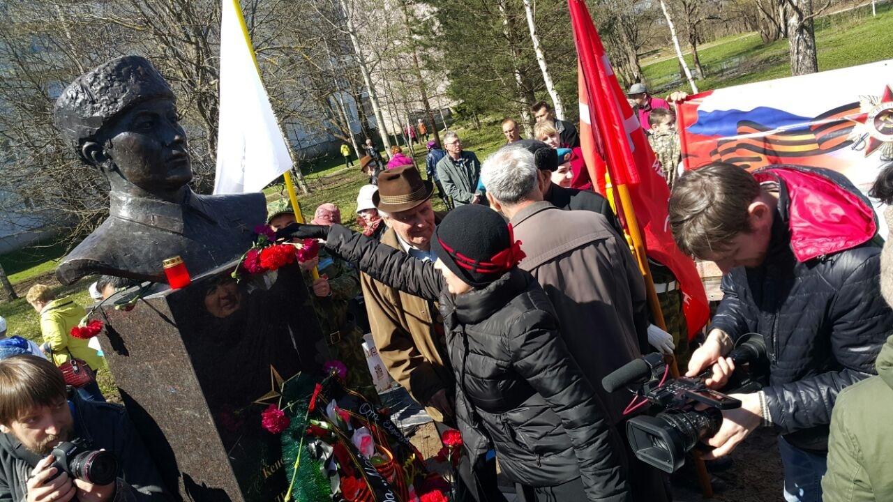 Горожане несут на памятник Толегену Тохтарову цветы