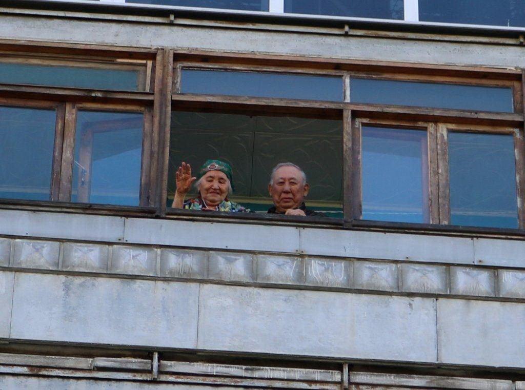 Майдан Аубакиров с женой на балконе слушают оркестр