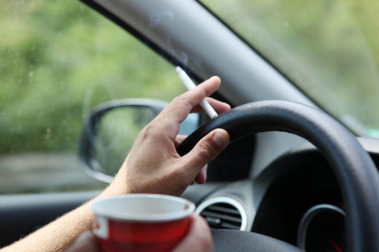Депутаты не смогли запретить курение за рулём