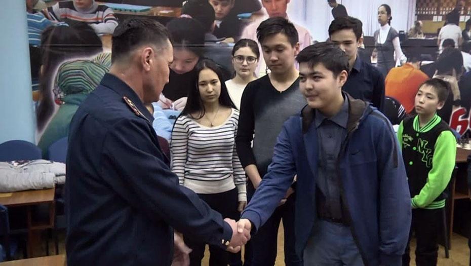 Спасённые дети поблагодарили Баянбека Жунусова вечером после аварии