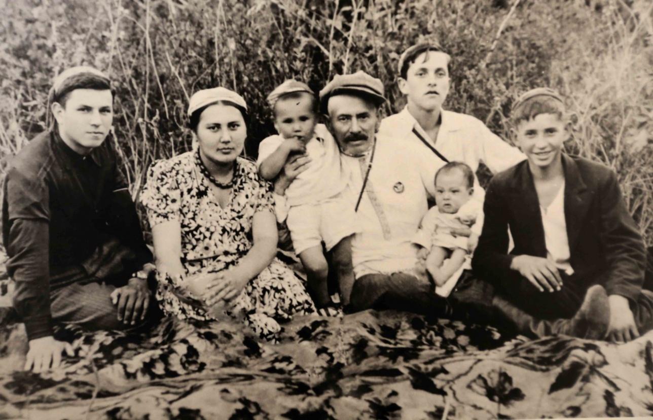 Алиби Жангильдин с семьёй