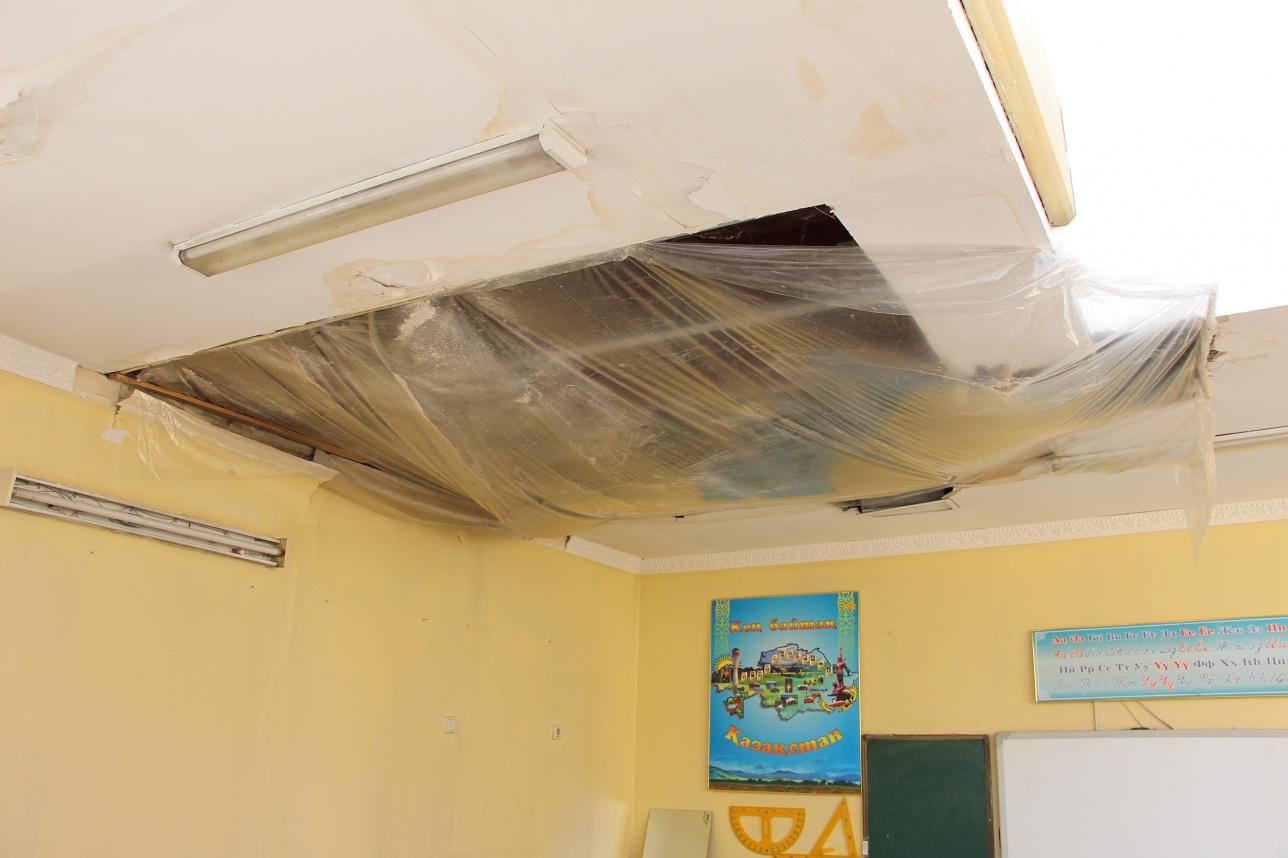 В классах потолки закрывают полиэтиленом