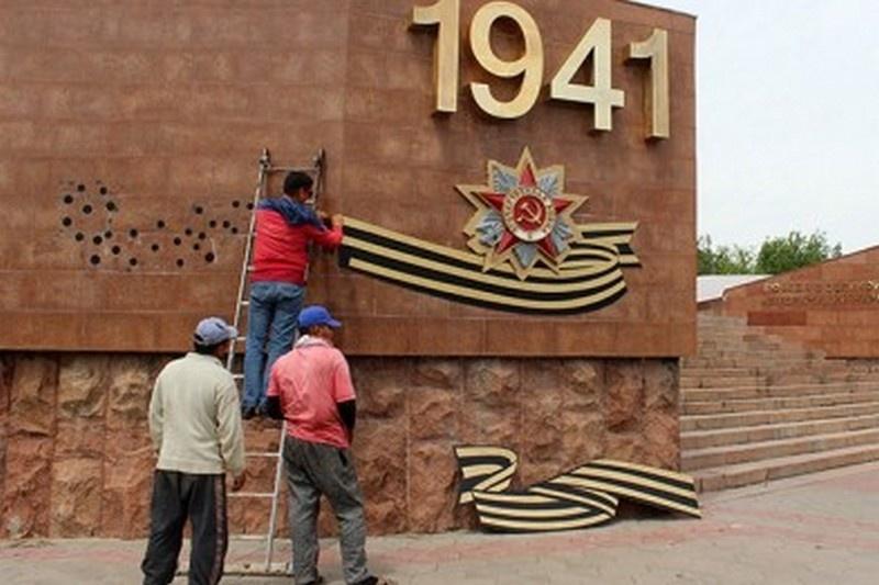 Демонтаж гвардейской ленты на Обелиске Славы